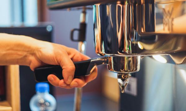 Detailaufnahme einer Espressomaschine.